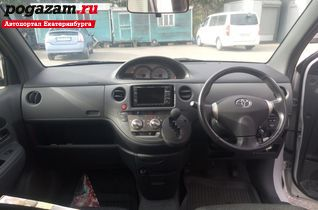 Купить Toyota Sienta, 2011 года